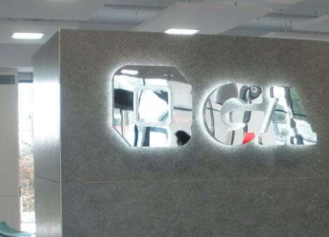 Lettres boitiers face plexiglas® Chants aluminium laqué Eclairage intérieur par leds Pose sur lisses